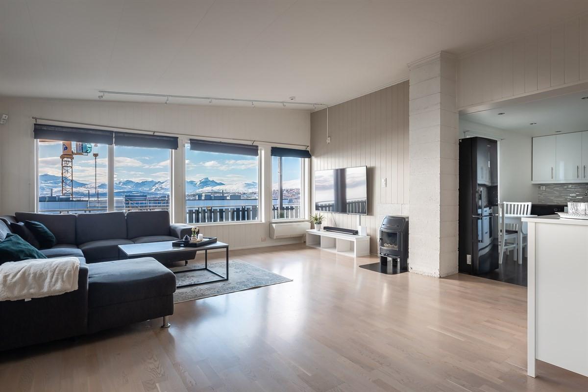Stue/kjøkken med åpen planløsning og fantastisk utsikt mot tromsø