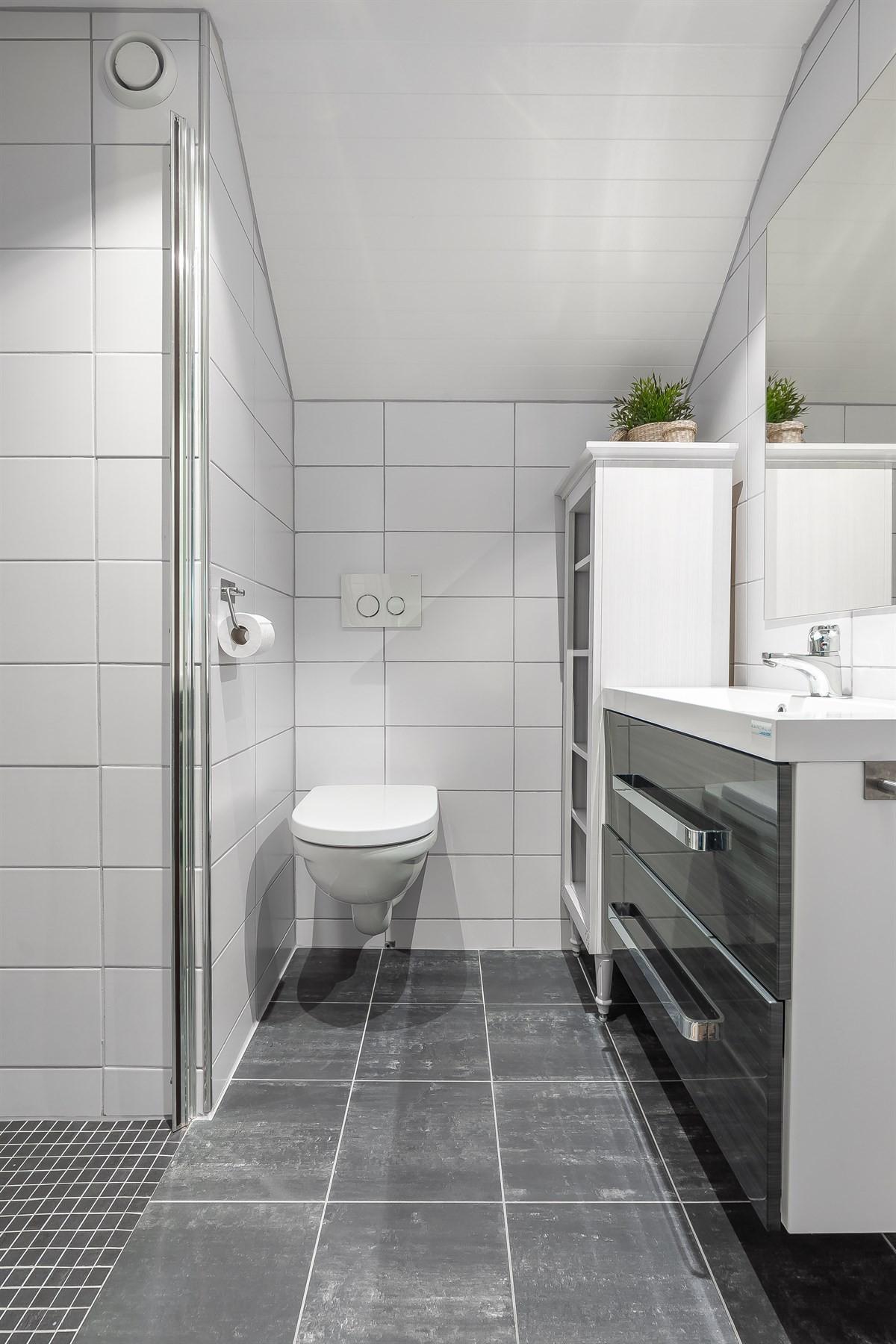 Bad 2. etg. med dusjnisje og vegghengt toalett