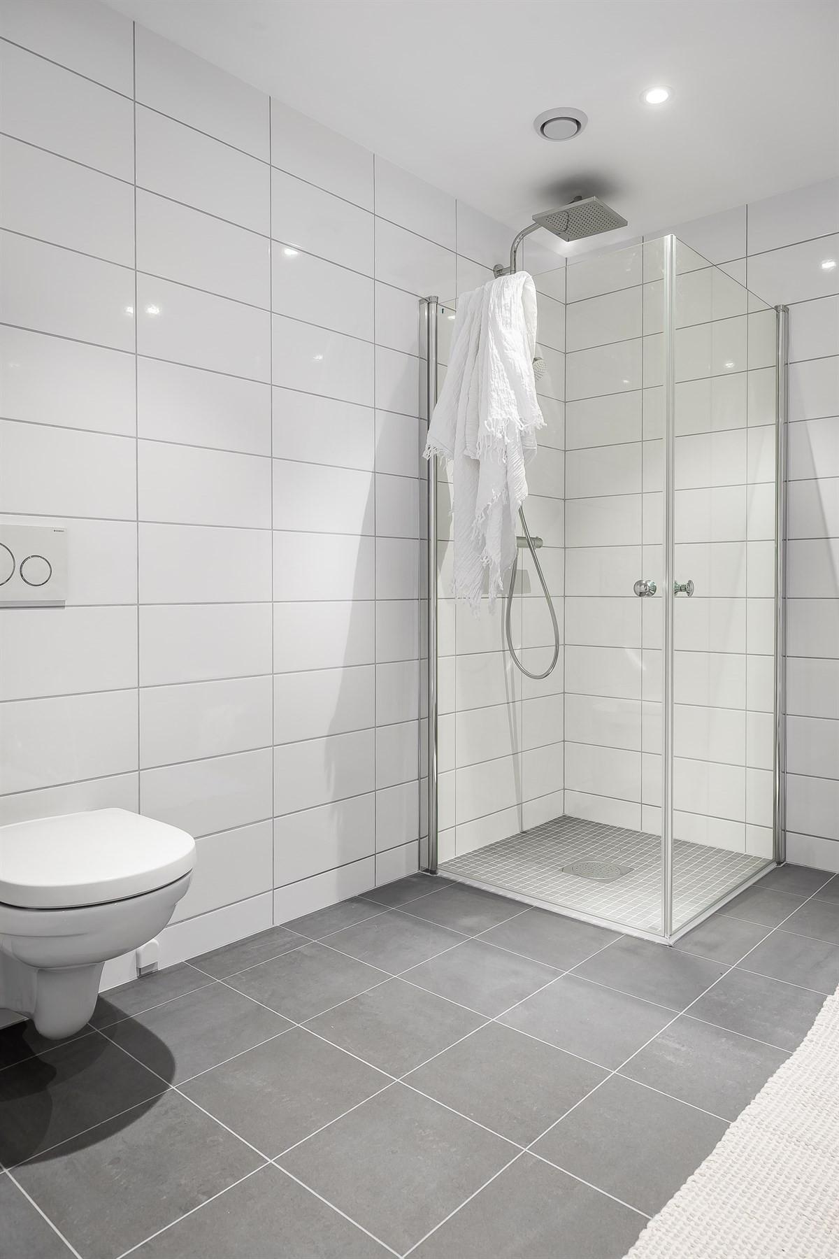 Vegghengt wc, dusjhjørne og gulvvarme