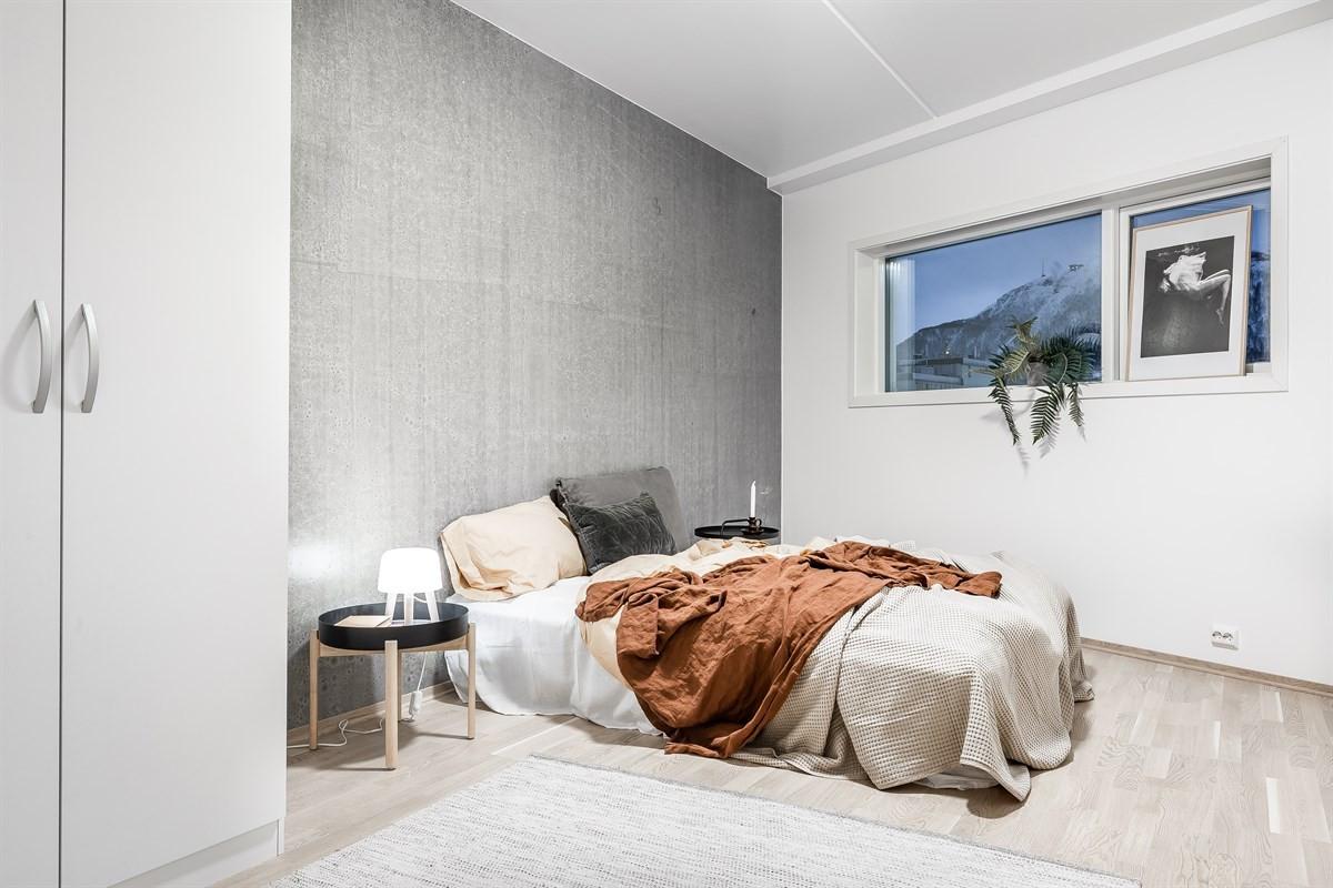 Stilfull kontrastvegg også på soverom