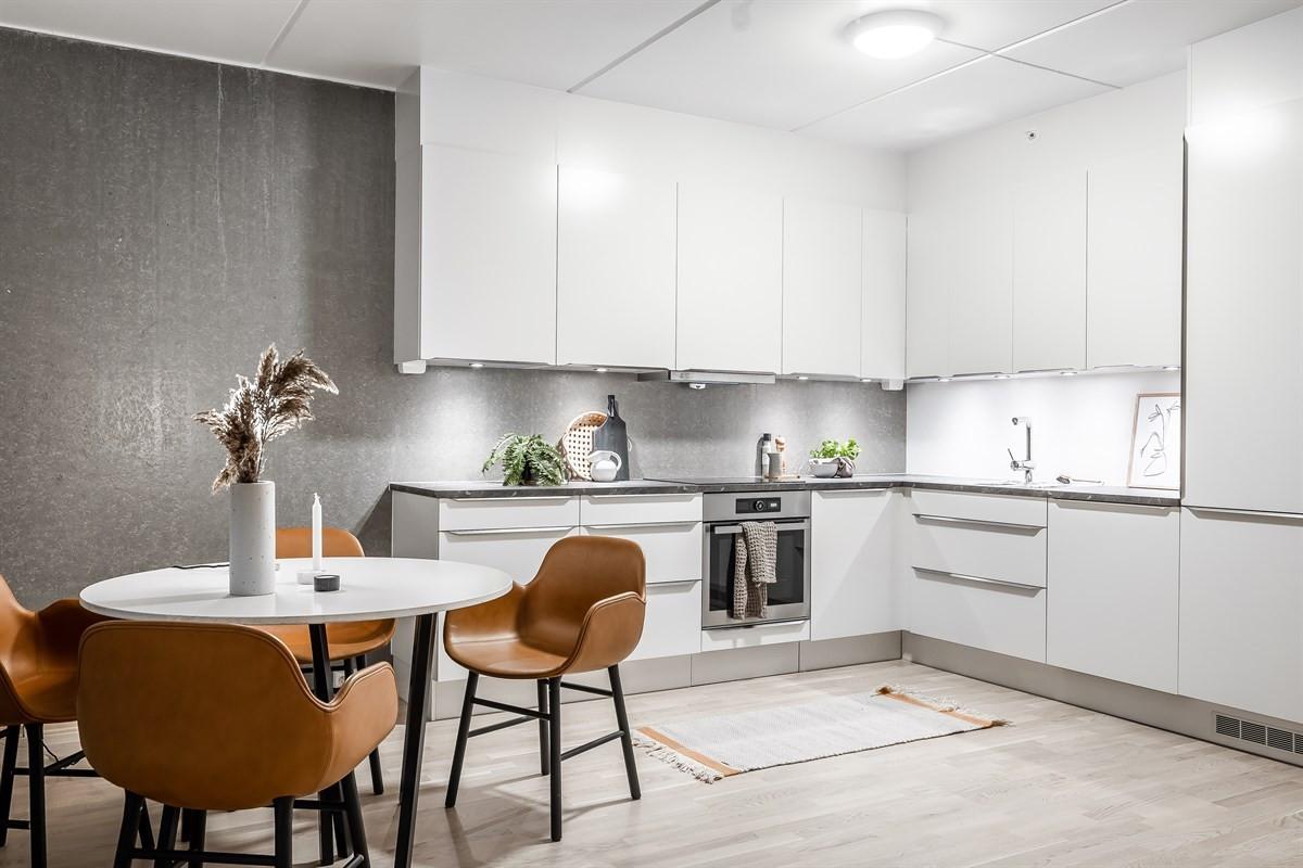 Kjøkken har integrerte hvitevarer, tidløs innredning og god oppbevaring i skap og skuffer