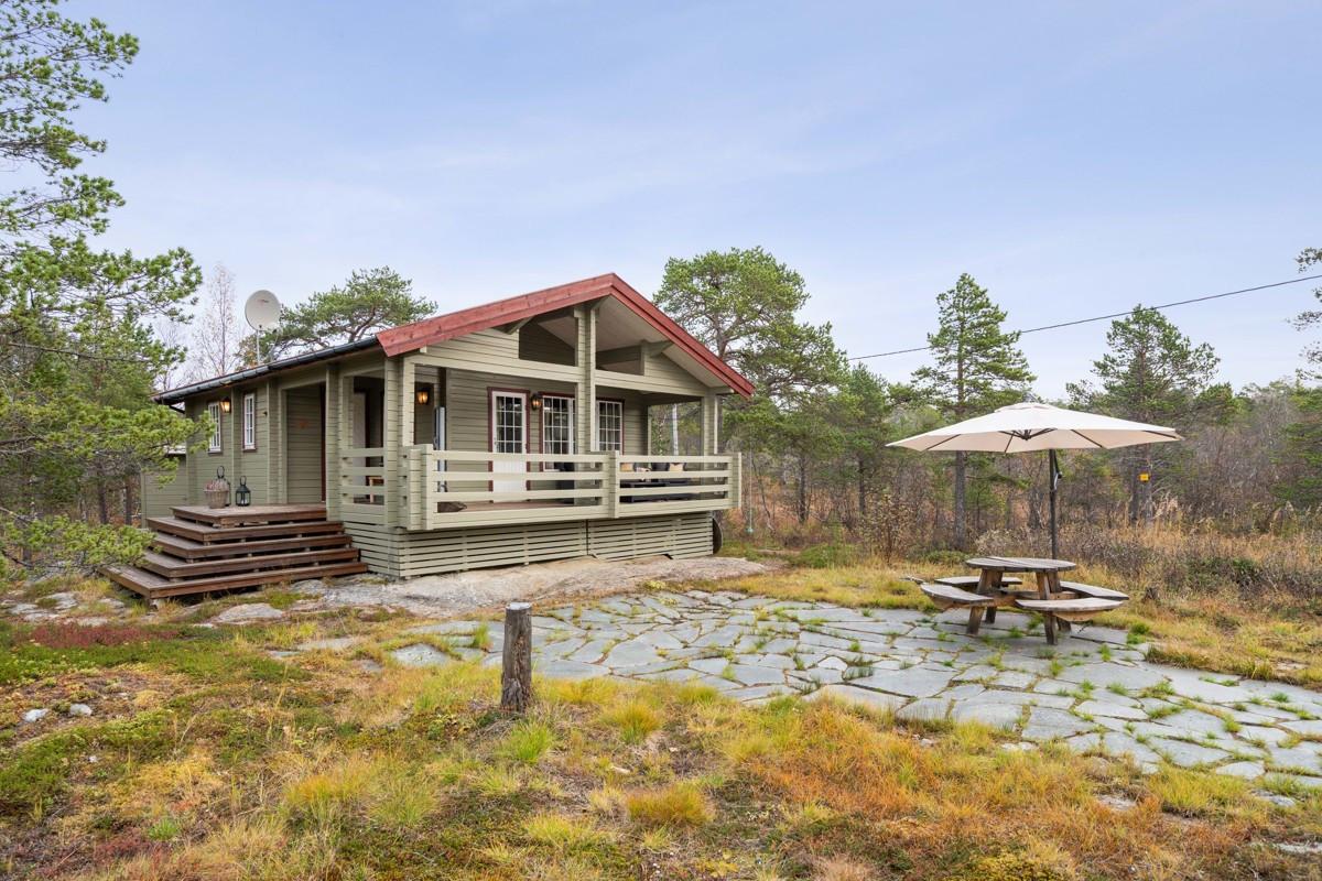 Fritidsboligen ligger i et etablert hyttefelt med felles vei og brygge
