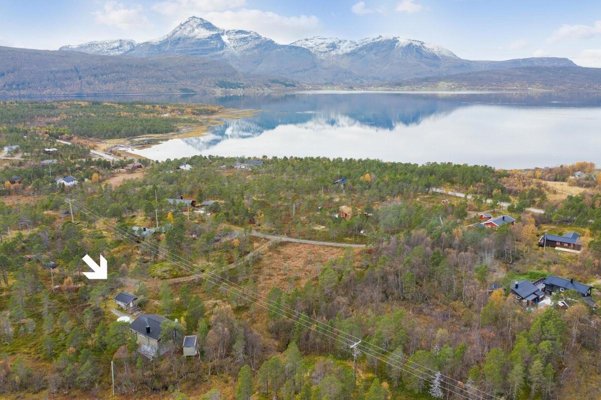 Eiendommen ligger skjermet til med umiddelbar nærhet til flotte naturområder!