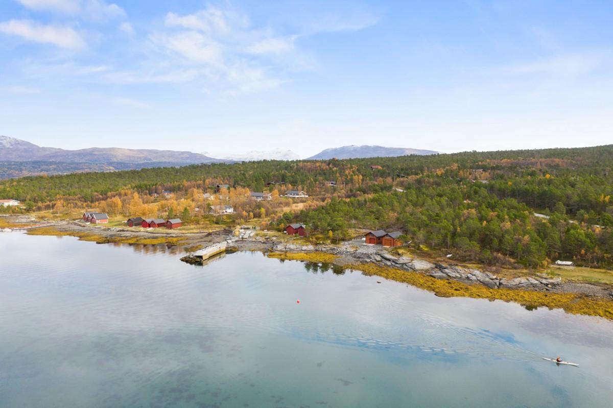Eiendommen ligger ovenfor Aursvik, ca. 6 km nord for Aursfjordbotn i Malangen