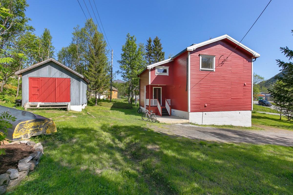 Stor tomt med uthus/garasje på eiendommen