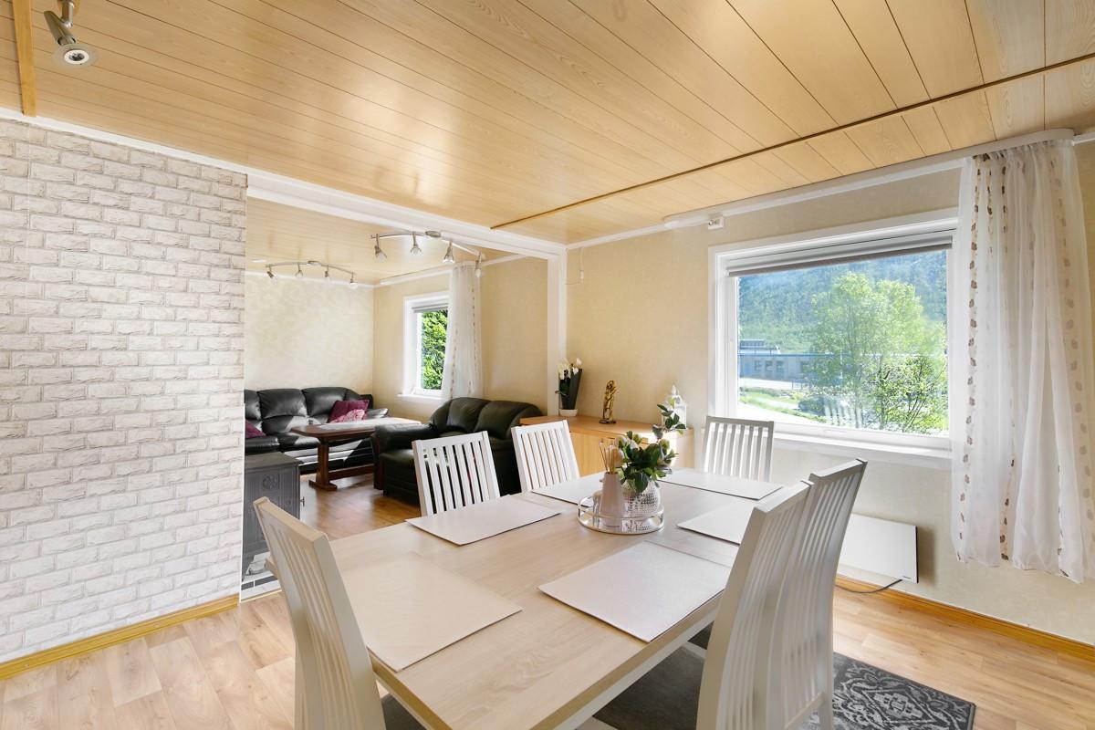 Stue er innedelt i flere soner, som gir mulighet for flere sitteområder
