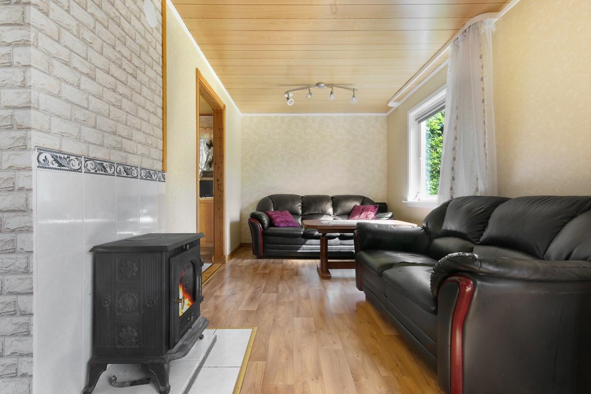 Koselig oppholdsområde i stue med vedfyring