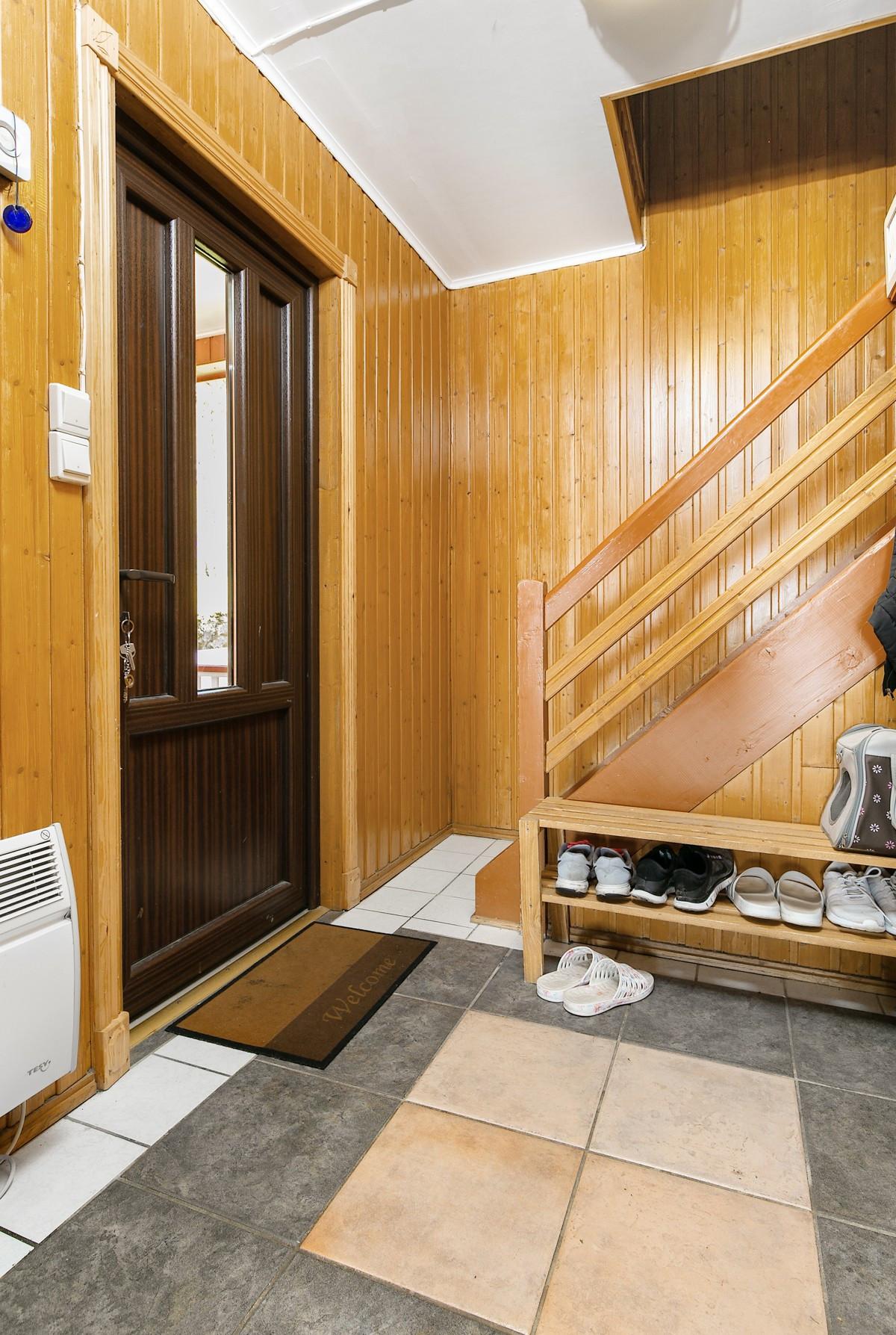 Entré med trappeoppgang til 2. etasje