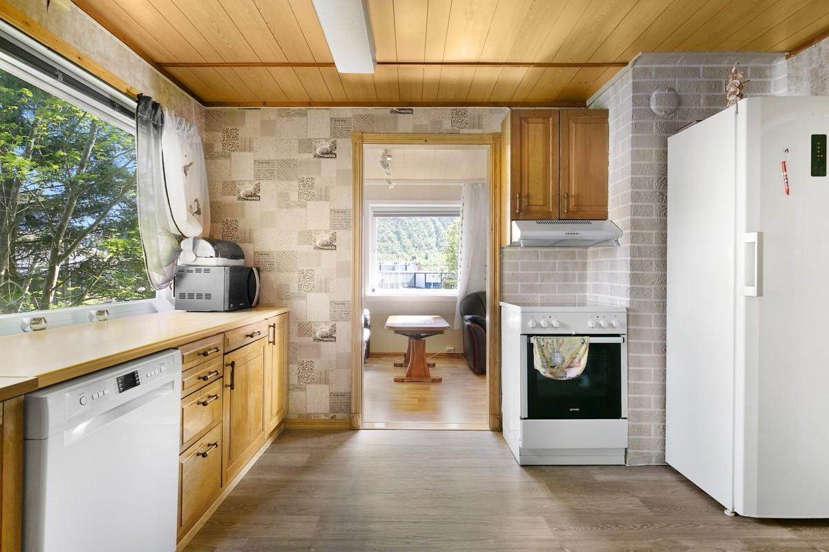 Fin utsikt fra benkeplass, og inngang til stue fra kjøkken