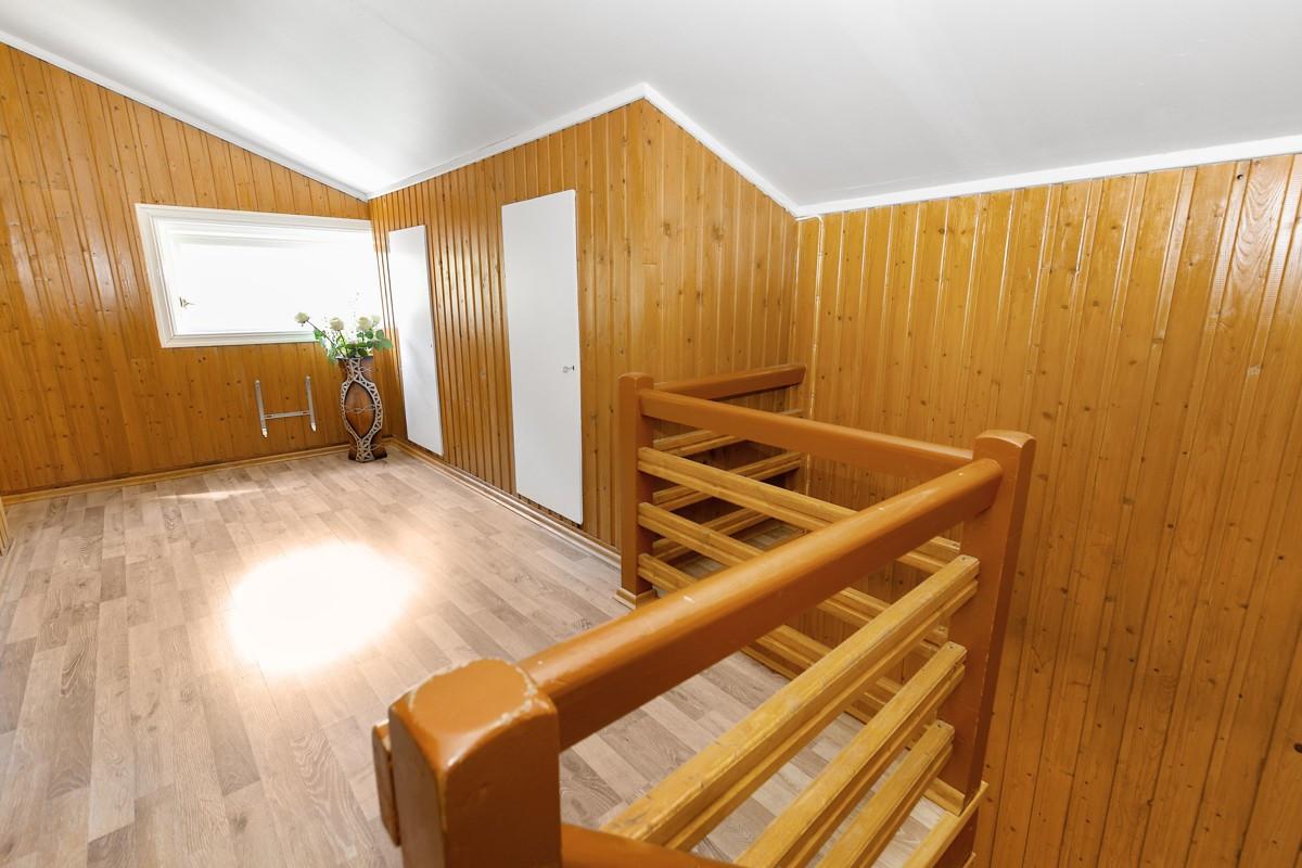 Romslig gang i 2. etasje med inngang til bod og 4 soverom