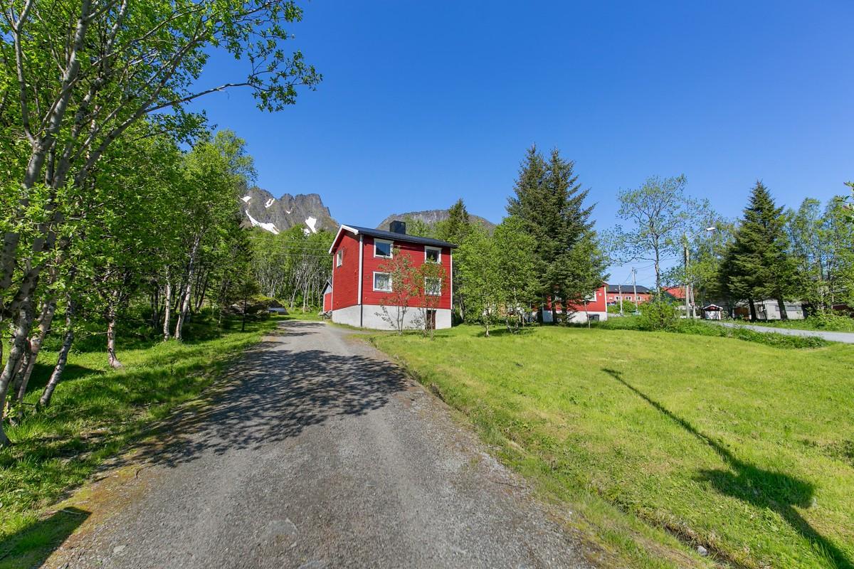 Eiendommen ligger i fjell- og fjordkommunen Berg, hvor det er rikelige muligheter for å oppleve en svært spennende og variert natur