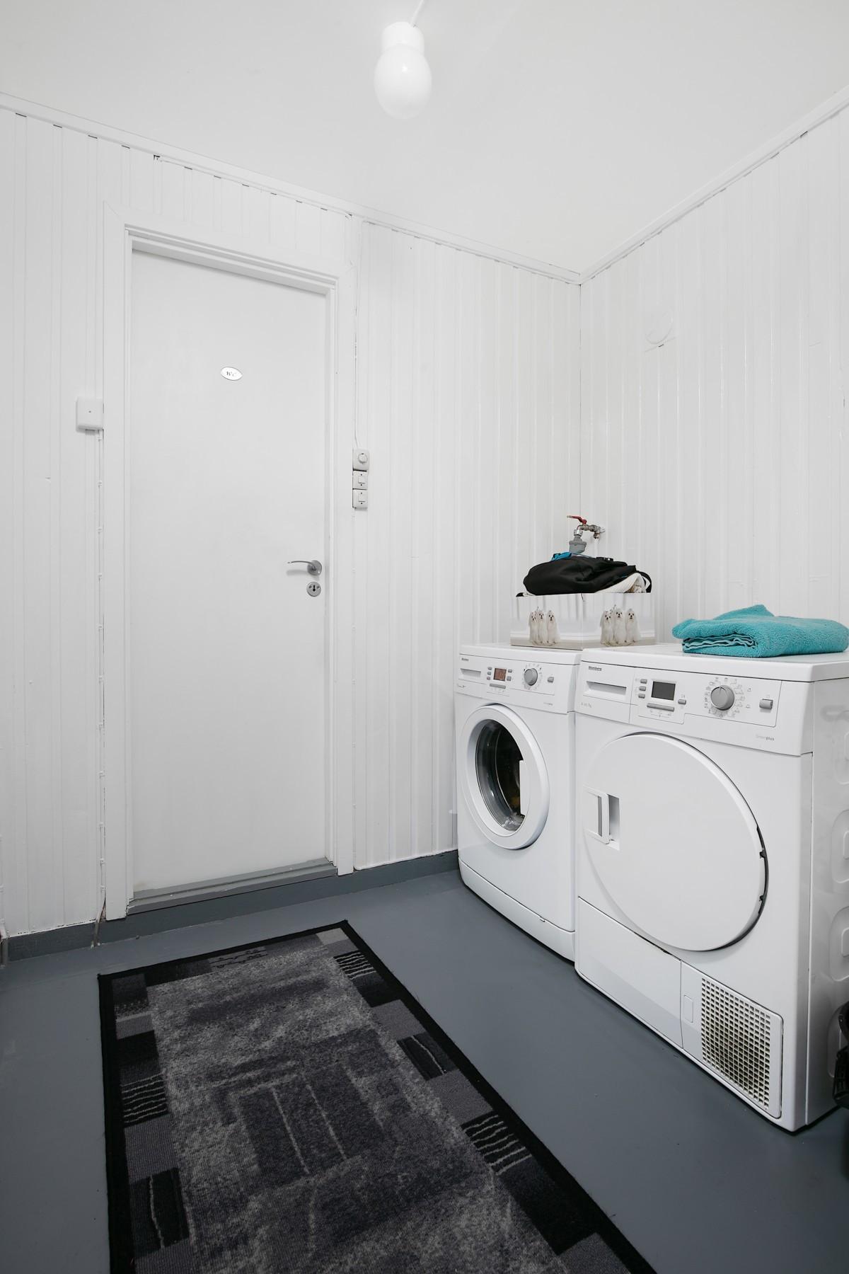 Opplegg for vaskemaskin/tørketrommel og plass til tørk er etablert i gang mellom kjøkken og bad