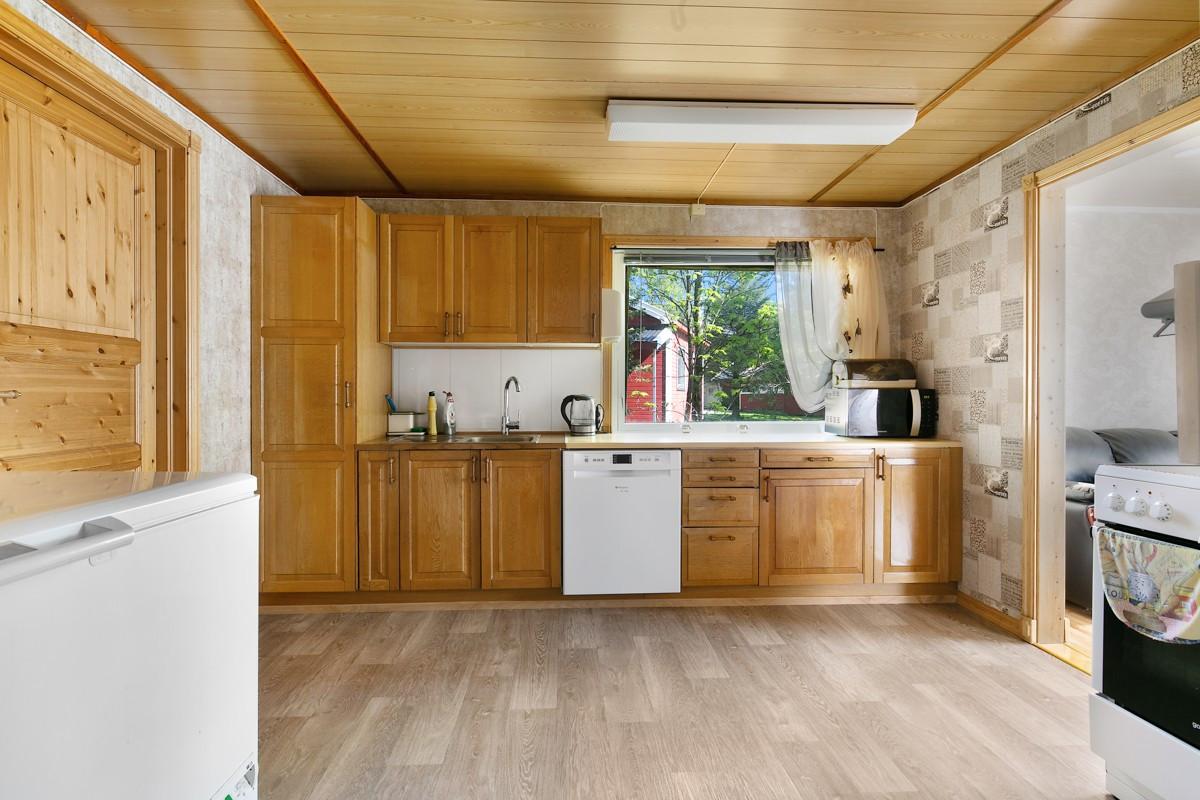 Kjøkken er innredet med lakkerte fronter i tre, opplegg for oppvaskmaskin, samt god skapplass for oppbevaring