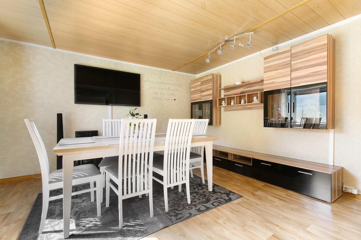 Lys og fin stue med spiseplass