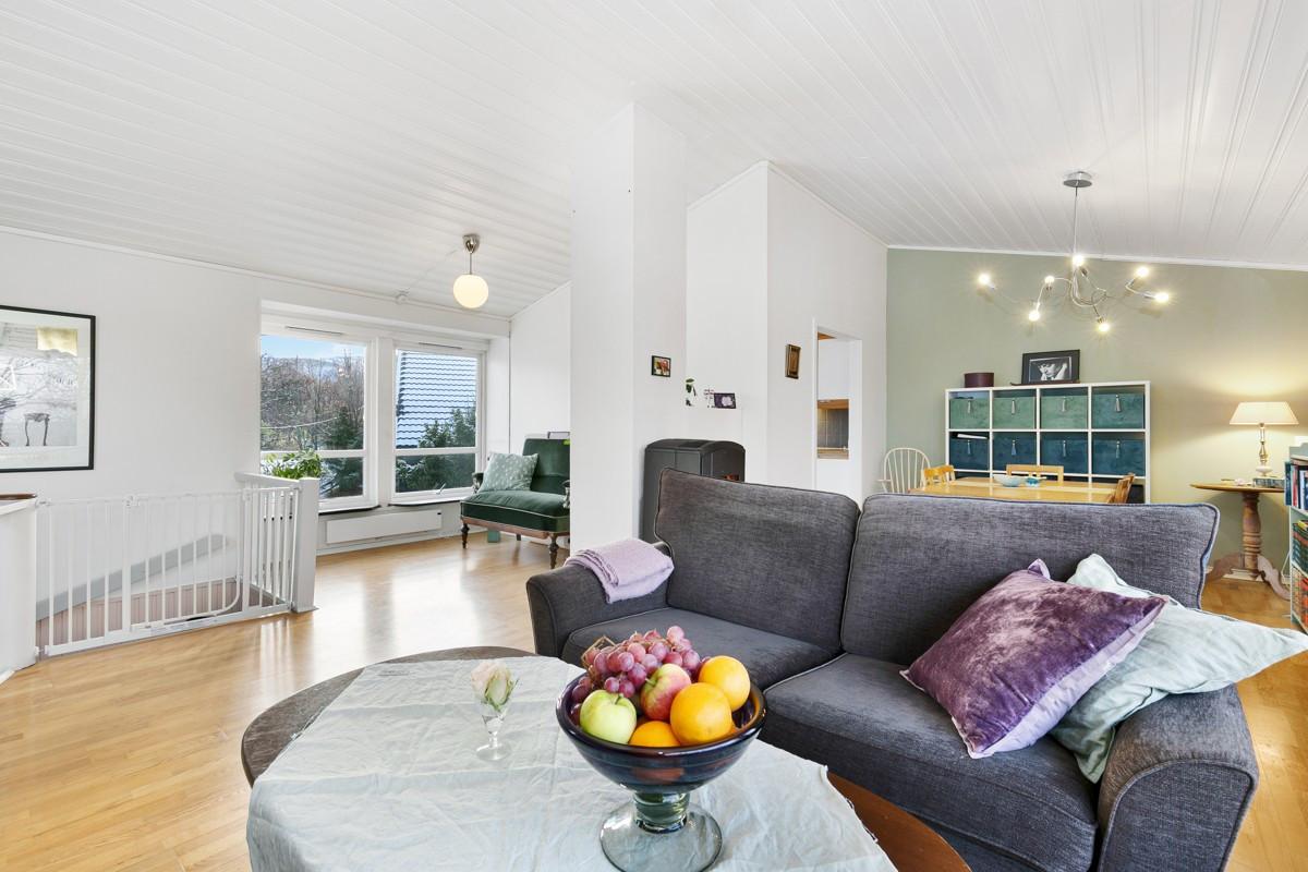 Stuen byr på god takhøyde, lyse flater med mye lysinnslipp fra flere vindu
