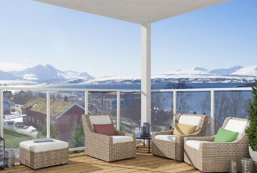 Balkong med formidabel utsikt over sundet, fjell og Tromsøya (illustrasjonsfoto)