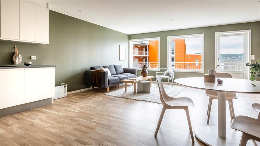 Stue med store vindusflater (Bildet er hentet fra tilsvarende leilighet, avvik kan forekomme)