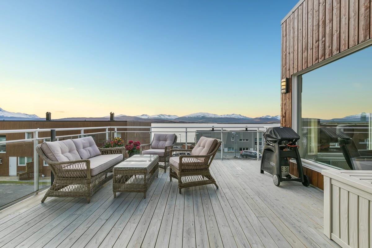 Praktisk sørvestvendt terrasse med fantastisk utsikt