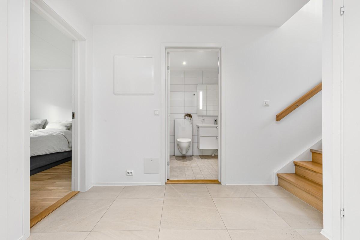 Gang med fliselagt gulv og gulvvarme