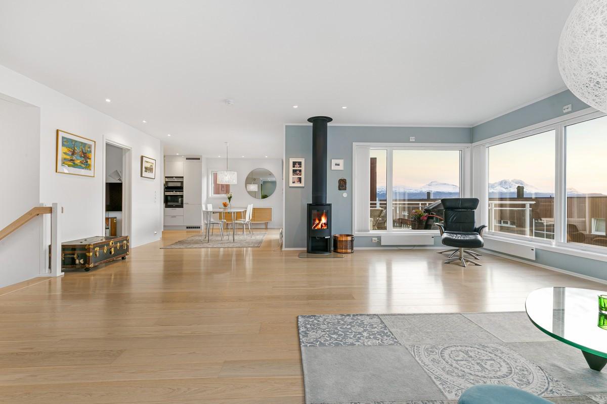 Romslig og arealeffektiv stue med flott 1-stavs parkett og spotter i tak