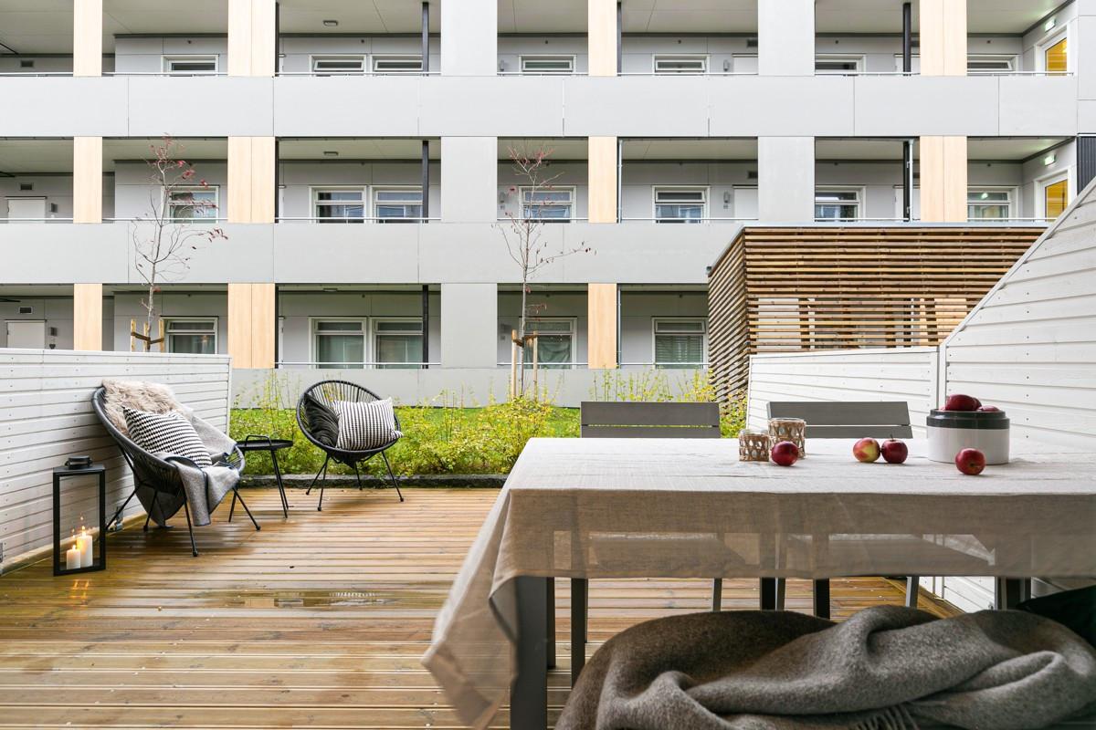 Lun sørvendt terrasse med god plass til sosialt samvær