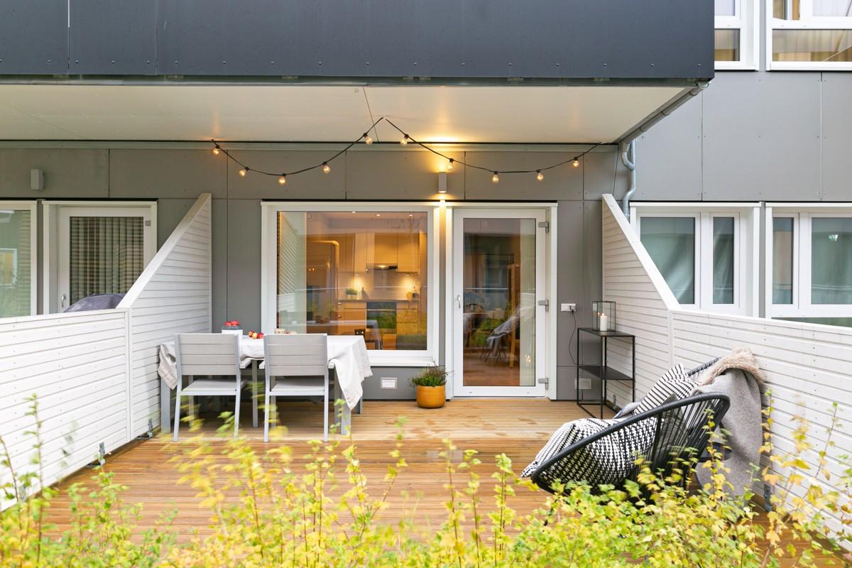 Terrasse er delvis overbygd som gir en lun atmosfære