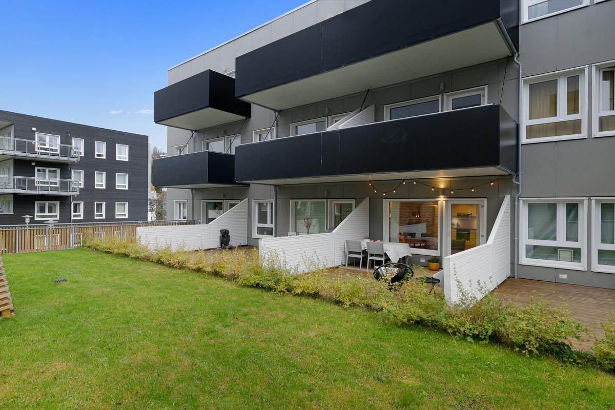 Leiligheten ligger i 2. etasje og har utgang ut på tak av 1. etasje - det gir store balkonger og mye friarealer