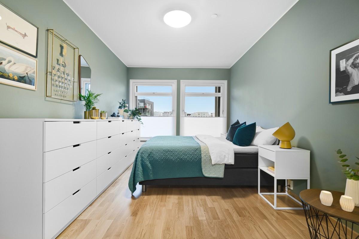 Stor garderobeløsning på soverom og god plass til møblering etter eget ønske