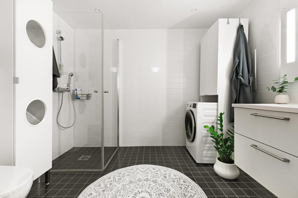Romslig og komplett flislagt bad med gulvvarme og opplegg for vaskemaskin