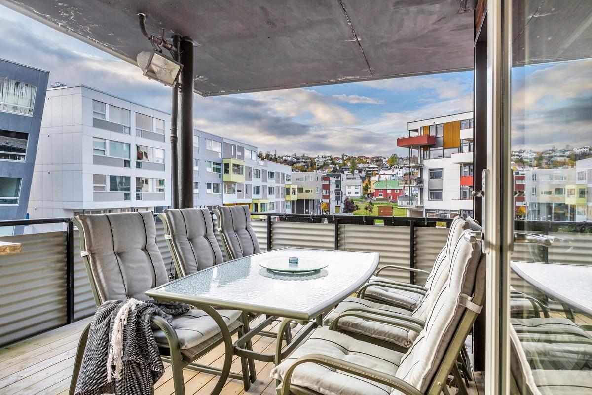 Sørvestvendt veranda hvor man kan nyte gode solforhold