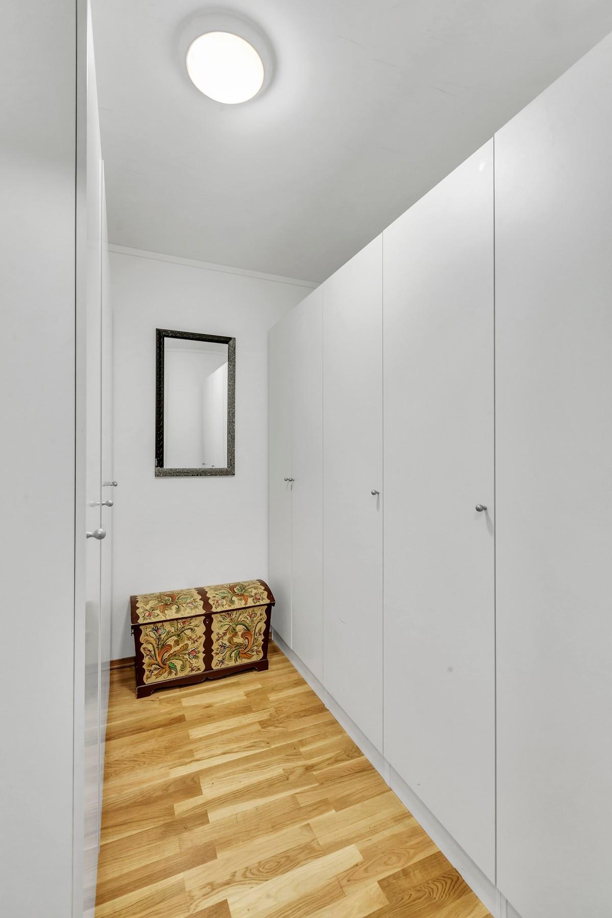 Bod/Walk-in closet med masse skapplass