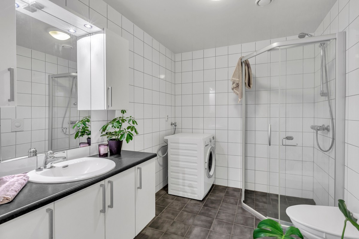 Romslig og komplett flislagt bad