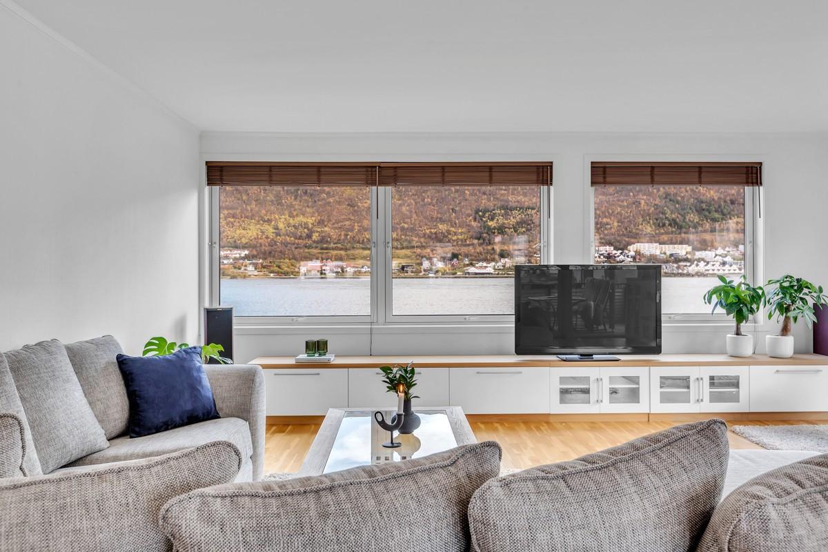 Fantastisk utsikt fra stue mot Tromsøysundet og fastlandet