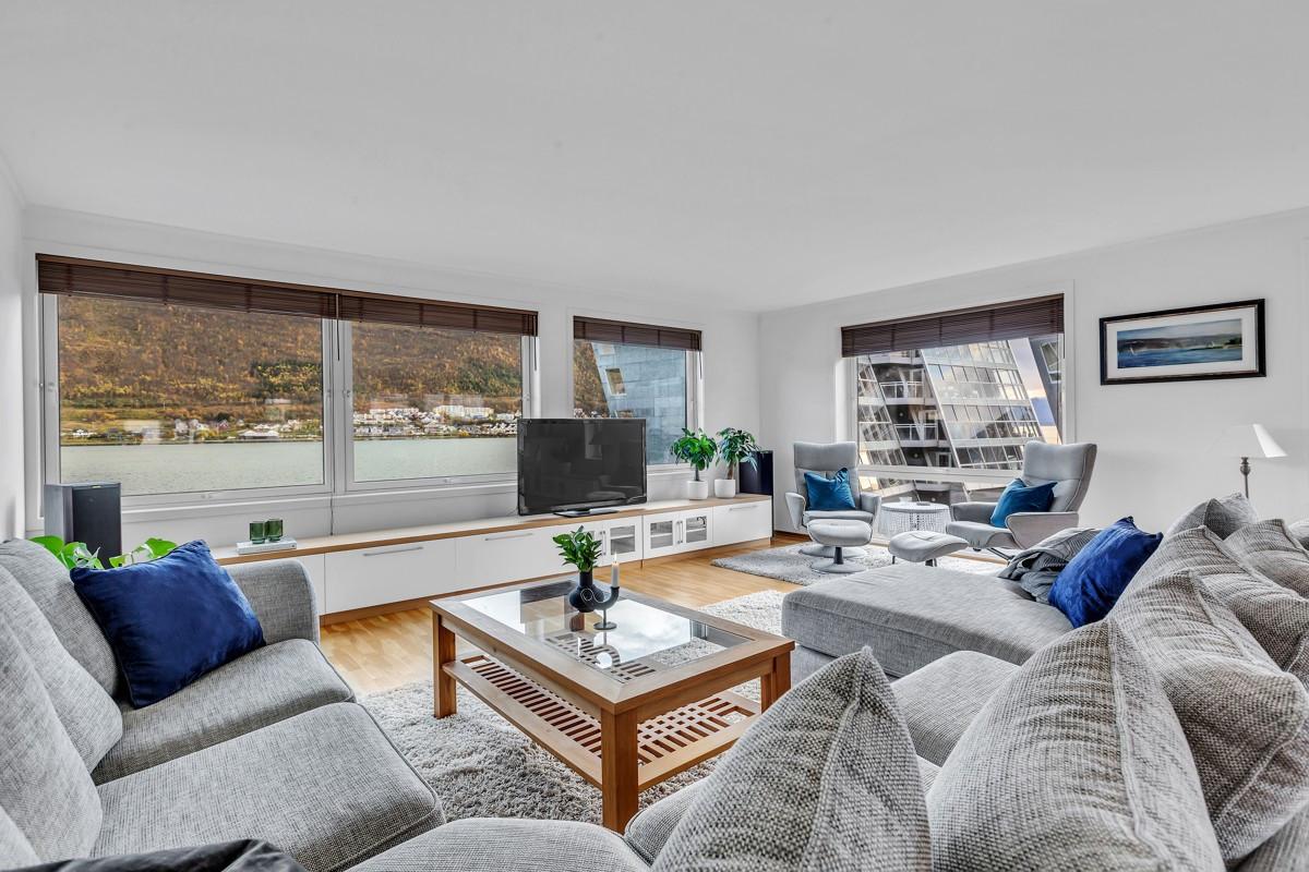 Romslig stue og godt med innslipp av lys fra store vindusflater