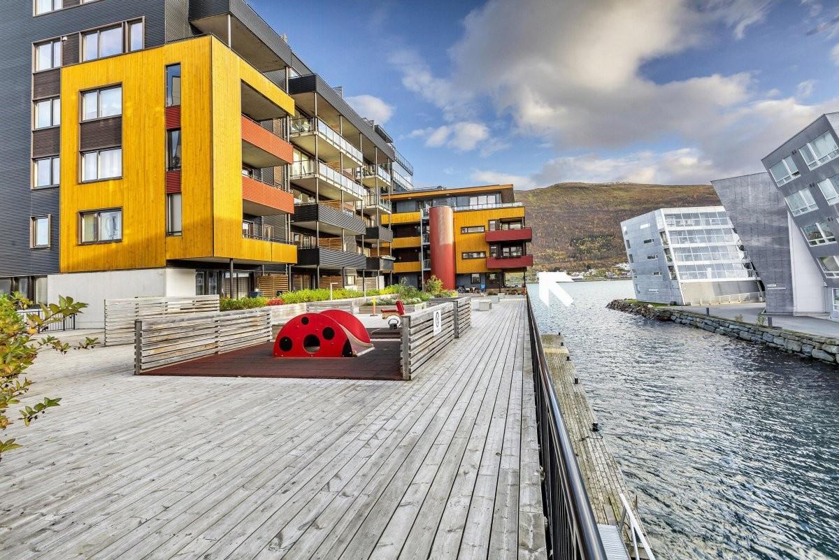 Leiligheten ligger i 3. etasje og har en unik plassering i Tromsøysundet