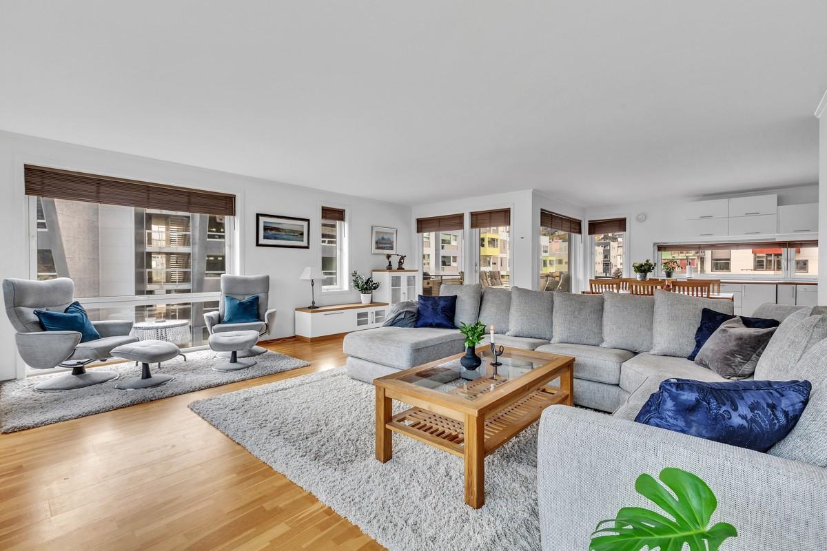 Lys og romslig 4-roms leilighet med nydelig utsikt, sørvendt veranda, garasje og heis