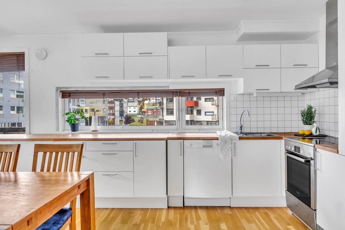 Integrerte hvitevarer og rikelig med oppbevaringsplass i skuffer og skap