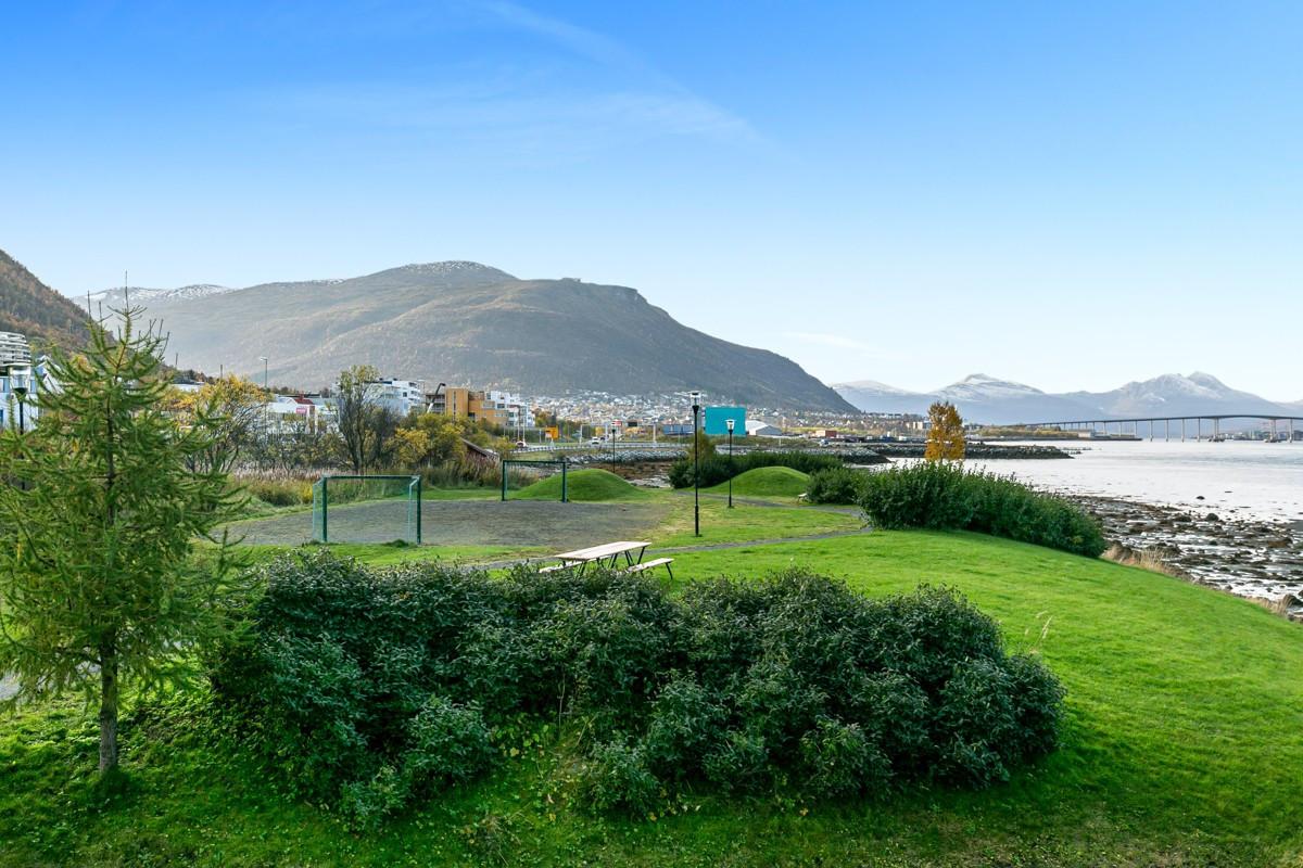 Utendørs friområder like i nærheten, blant annet strandpromenade, lekeplasser og fotballbane