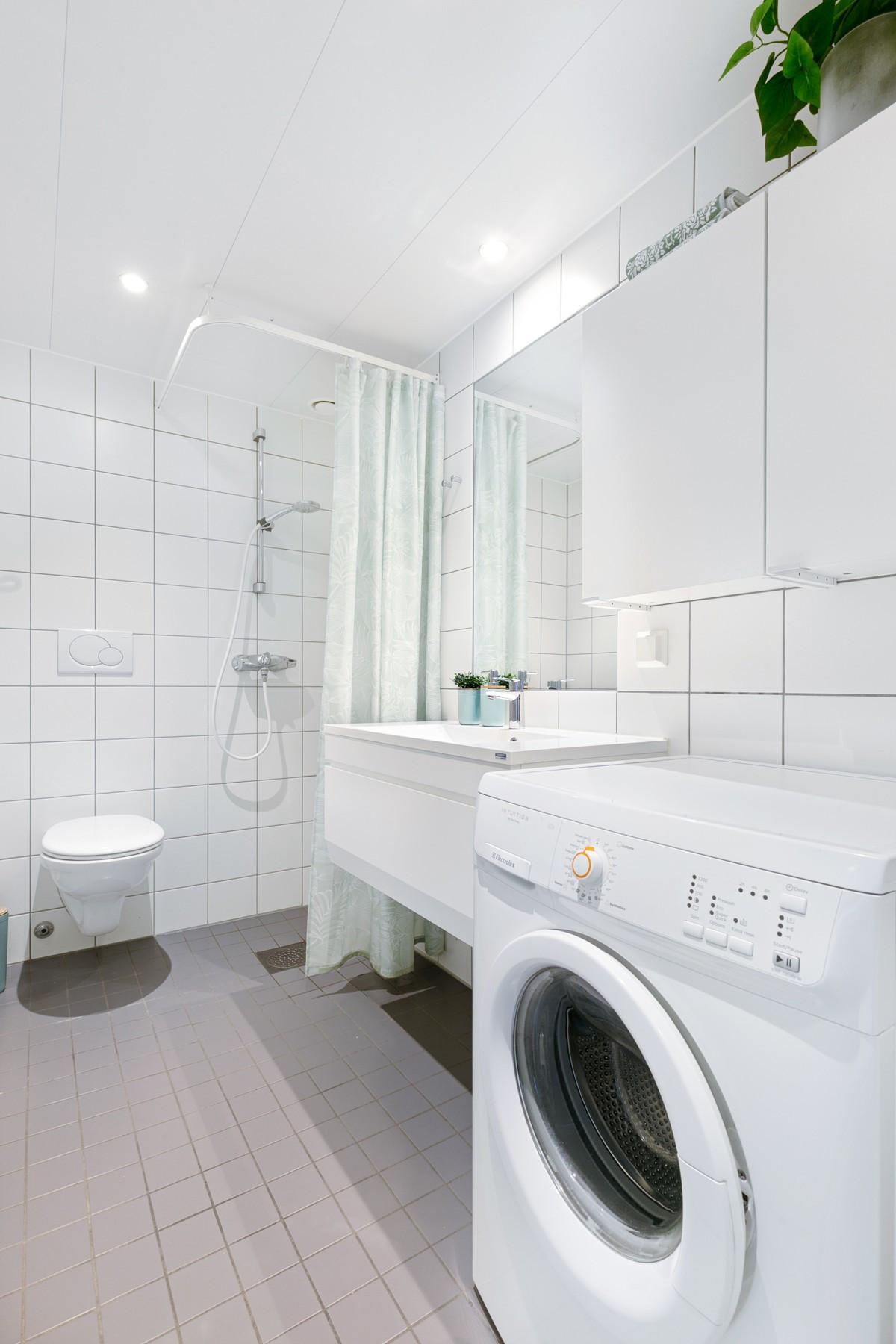 Badet er komplett fliselagt med gulvvarme, dusj, vegghengt wc, opplegg for vaskemaskin og downlights i taket