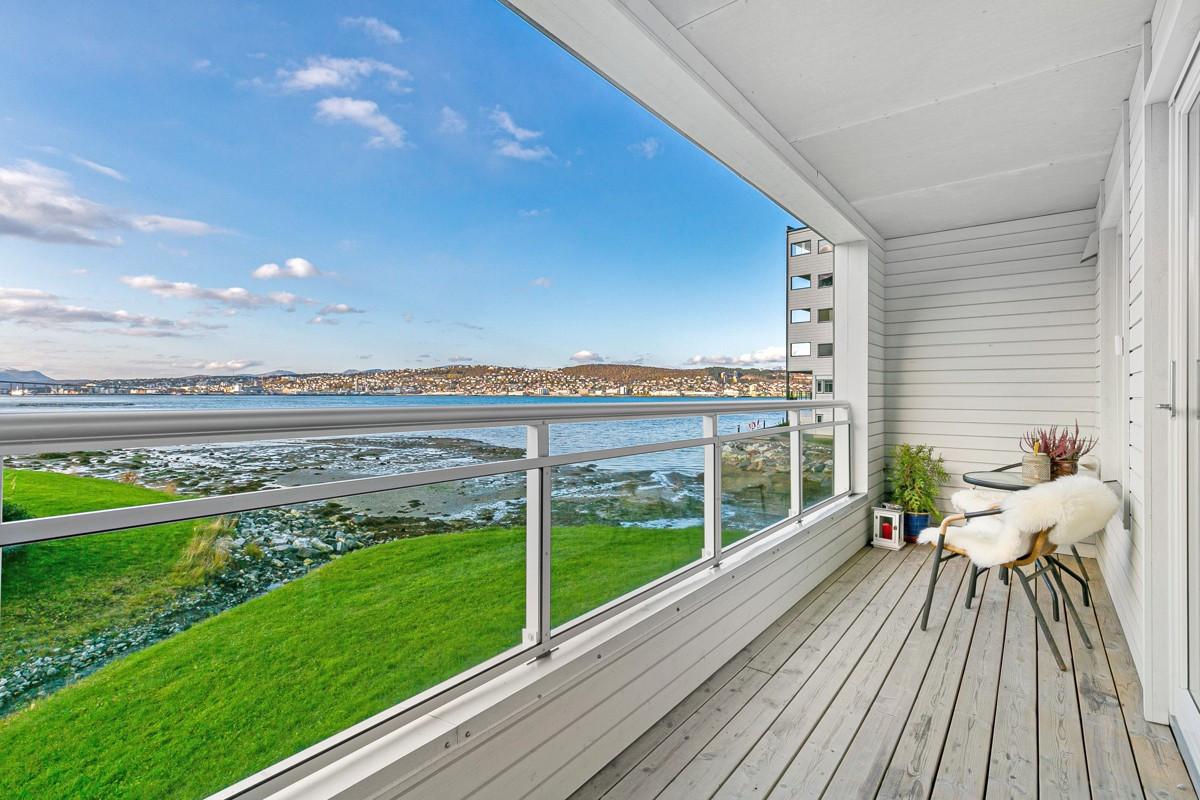 Balkong med utgang fra stue - Nydelig utsikt