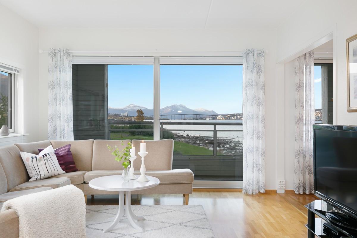 Store vindusflater som gir rikelig med lysinnslipp og god utsikt