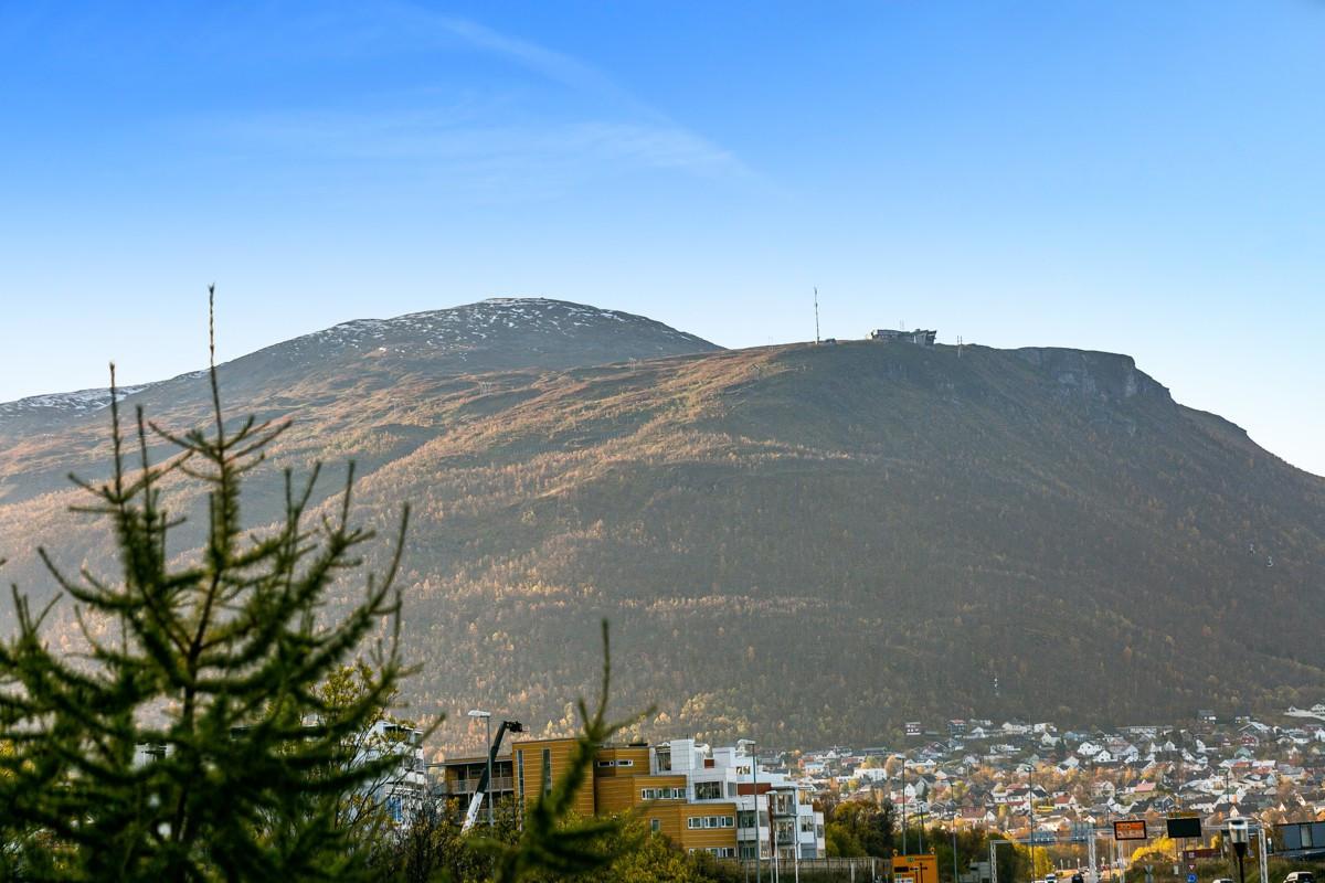 God utsikt fra bolig mot fjellheisen