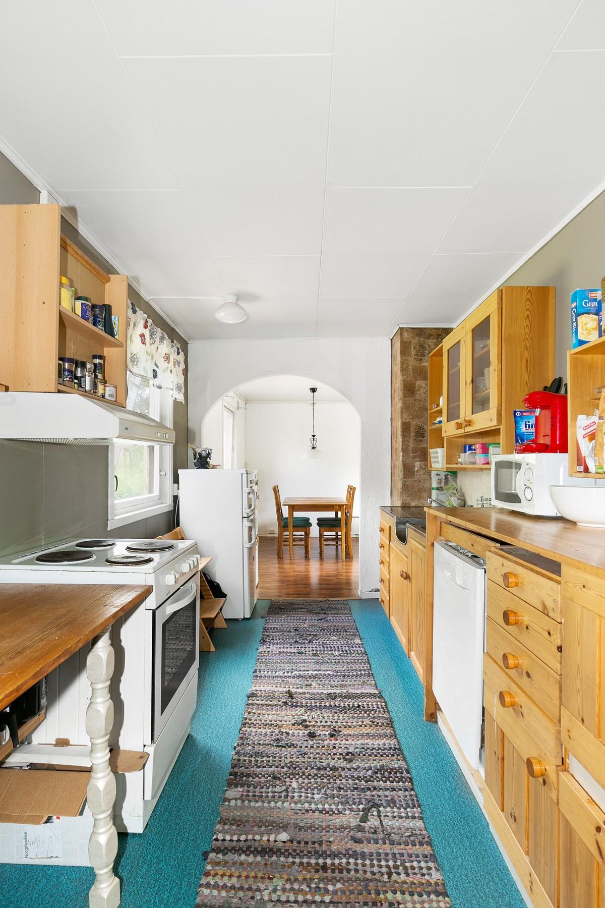 Kjøkkeninnredning med fronter i heltre furu, samt opplegg for oppvaskmaskin