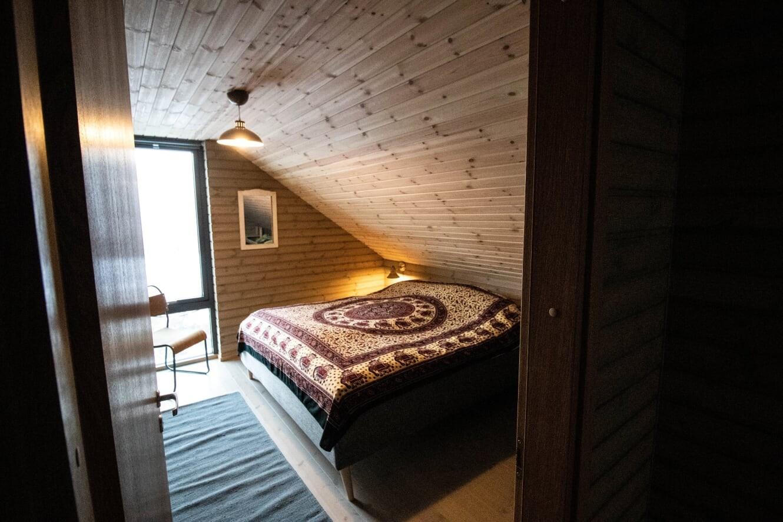 Et av to identiske soverom på hemsen - Med store vinduer som slipper inn den fantastiske utsikten