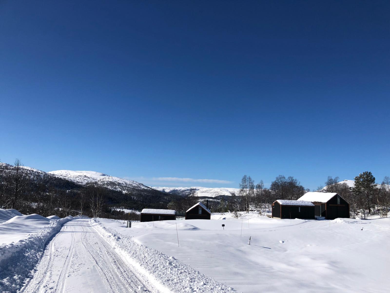 Bilder fra Hattevarden Knaben, hyttene som er oppført, og området rundt.  Hyttene ligger lunt, med gode sol forhold, samt nydelig utsikt! Virkelig en perle på høyfjellet.