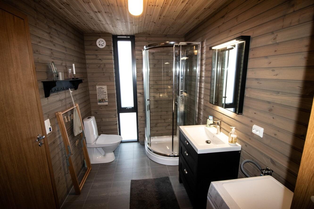 Det store gjestebadet med dør inn til den store sports boden/tørkerommet