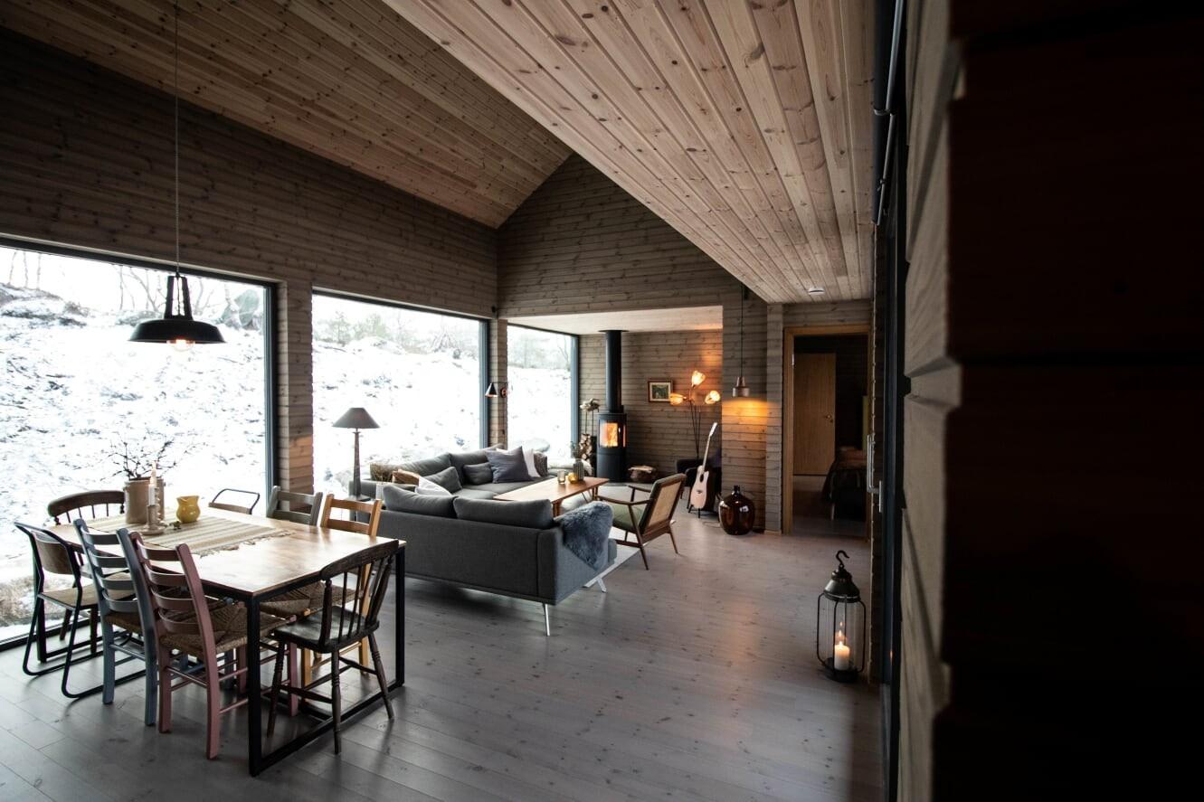 Stue og spisestue med en koselig peisestue krok