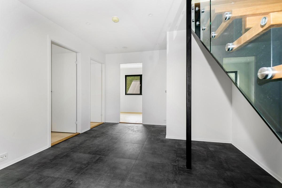 Hall i inngangsparti er flislagt med gulvvarme