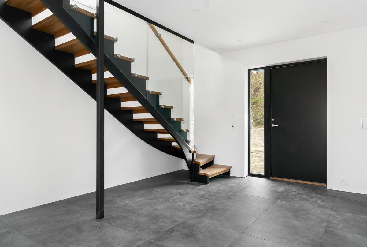 Entré med eksklusiv trapp og store fliser