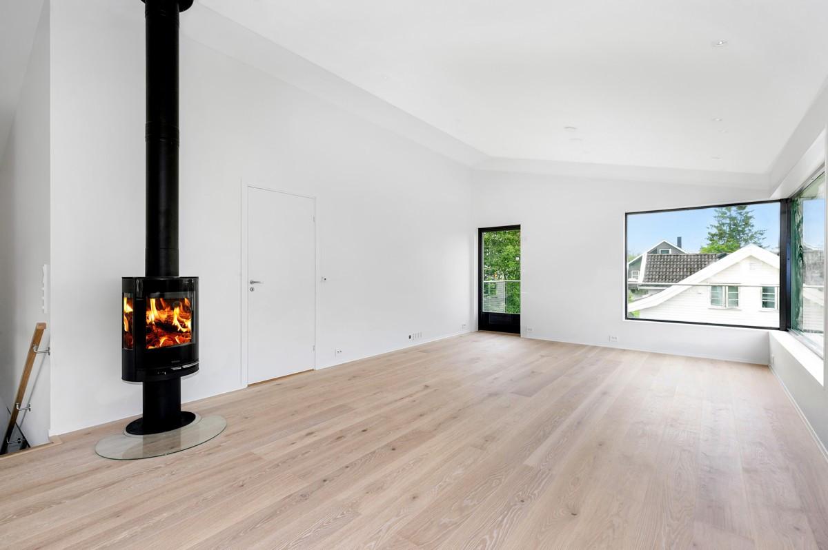 Fin og romslig stue med parkett og varme i gulv